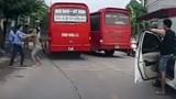 """Tranh giành khách, 2 tài xế ở Bắc Giang """"choảng"""" nhau giữa đường"""