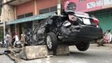 Ô tô camry chở 2 vợ chồng bị container tông nát bét trên Quốc lộ 1