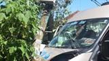 Xe khách tông xe máy dính vào trụ điện, 4 người bị thương phải nhập viện