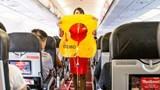 """Nữ hành khách """"chôm"""" áo phao trên máy bay"""