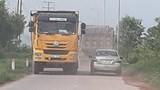 """Xe tải """"cày"""" nát đường gom cao tốc Hà Nội - Bắc Giang"""