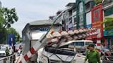 Xe tải đâm sập barie cầu vượt Thái Hà, tài xế may mắn thoát chết