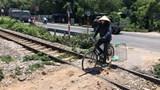 [Ảnh] Nguy hiểm khôn lường từ những lối đi tự mở ngang đường sắt