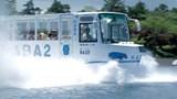 [Video] Xe buýt di chuyển cả dưới nước và trên bờ