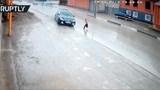 """Pha đánh lái """"thần tốc"""" của tài xế ôtô cứu sống bé trai trong tích tắc"""