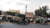 Xe tải san phẳng nhiều nhà dân ven đường khiến 2 người tử vong