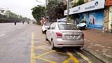 [Điểm nóng giao thông] Chiếm dụng nhà chờ làm nơi đỗ xe
