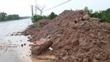 Đường gom Đại lộ Thăng Long lại ngập trong bùn đất
