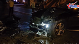Mercedes mất lái đâm vào chân cầu vượt Thái Hà