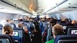 Hành khách say rượu liên tục đòi phục vụ rượu trên máy bay
