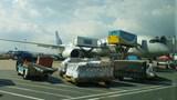 Tài xế vừa lái xe vừa nghe điện thoại trong sân bay Nội Bài