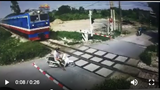 Nam thanh niên suýt bị tàu cán khi định lao xe máy qua đường sắt