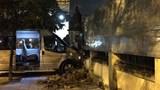 Xe khách 16 chỗ tông sập cửa nhà dân, 2 cháu bé nhập viện
