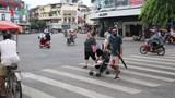 Đi bộ đúng làn: Quy tắc... không dành cho người Việt