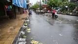 Rác thải, túi nilon theo nước mưa tràn ngập phố cổ Hà Nội