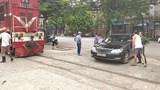 Ô tô đỗ chình ình thi gan với tàu hỏa