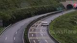 Ô tô trượt dài trên cao tốc, tài xế và hành khách văng ra khỏi xe