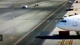 Ôtô bị đâm lật ngửa trong sân bay