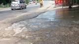 Nước thải sinh hoạt lênh láng, bốc mùi hôi thối trên Quốc lộ 6