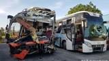 Xe khách va chạm kinh hoàng trong đêm, 25 người thương vong