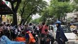 Ảnh: Chưa khai giảng, nhiều cổng trường ở Hà Nội đã ùn tắc giao thông