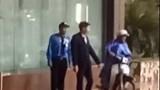 Nhân viên khách sạn đuổi người dân trú mưa tránh giông lốc