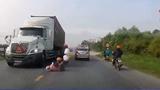Cả gia đình thoát chết trước bánh xe container