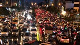 """Hà Nội: Người dân """"ngao ngán"""" cảnh tắc đường trời mưa"""