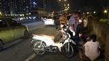 Tông vào ô tô trên đường vành đai 3, hai học sinh đi xe máy bị thương
