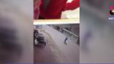 Nữ sinh đi xe đạp điện ngược chiều bị hất tung