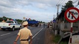 Bất chấp biển cấm, xe ben cố quay đầu gây tai nạn làm 2 người bị thương