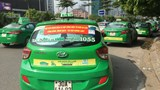 """Mang khẩu hiệu diễu phố """"đòi"""" gắn hộp đèn cho taxi công nghệ"""