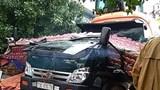 Quảng Bình: Cổng chào bê tông bị kéo đổ sập đè nát cabin xe tải