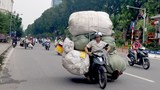 Phát hoảng với xe máy chở hàng cồng kềnh
