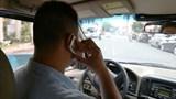 Cần siết chặt quy định sử dụng điện thoại khi lái xe