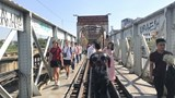 Giới trẻ, khách du lịch đua nhau ra cầu Long Biên chụp ảnh