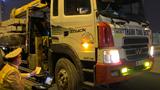 """Video: Cận cảnh CSGT dùng cân """"xách tay"""" kiểm tra xe quá tải"""