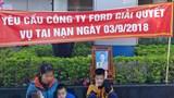 """Người phụ nữ mang 3 con nhỏ đến """"bắt đền"""" Ford Thanh Xuân"""