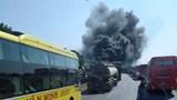 Xe khách đang chạy bất ngờ bốc cháy ngùn ngụt trên QL1A