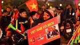 Nhiều người chờ đón đội tuyển U22 bóng đá Việt Nam