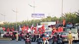 Đường lên sân bay Nội Bài đông nghẹt người chào đón đoàn thể thao Việt Nam