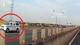 Mẹ chở con ngược chiều cao tốc, xe CSGT vội chạy lùi và phát loa báo nguy hiểm