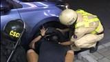 Hình ảnh đẹp của CSGT TP.HCM giúp tài xế thay bánh ô tô trong đêm