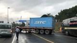 Xe container mất phanh đâm vào vách núi