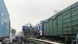 Hà Nội: Xe tải chở cá bị tàu hỏa tông nát, tài xế nguy kịch