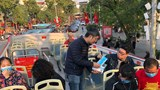 Hà Nội: Phát miễn phí hơn 1.000 khẩu trang cho du khách
