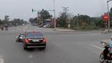 Tạt đầu ô tô, người đàn ông đi xe máy bị nữ tài xế tông văng xuống đường