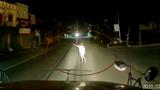 [Video] Người đàn ông biểu hiện say rượu, chặn đầu xe container xin đi nhờ