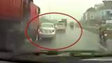 """Ô tô con vượt ẩu đúng """"điểm mù"""" container trên cao tốc Hà Nội - Bắc Giang"""