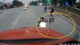 """Hai thiếu nữ đi xe máy đầu trần tạt đầu """"trêu"""" xe container"""